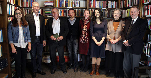 Professor Dr. Rudolf Cohen [third from the left] in the presence of friends and staff members of the Bayerische Staatsbibliothek working on the project NS loot on the occasion of the restitution on 13 March 2018 | © BSB/ T. Dimitriadis