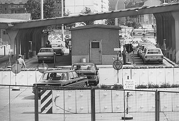 Border crossing Heinrich-Heine-Strasse in Berlin (1971) | © BSB/ STERN Photo Archive/ Mihály Moldvay