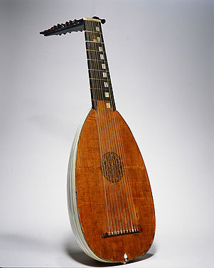 Bavarian National Museum: Lute with inscription, ornaments and inlaid rosette | © Bavarian National Museum