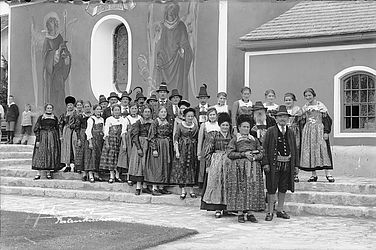 The guests of a peasants' wedding in formal wear in front of the Sebastian chapel in Partenkirchen, around 1930, photographed by August Beckert | © BSB/ Image archive