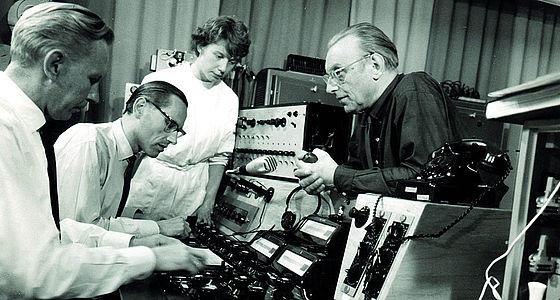 Josef Anton Riedl (2. v. l.) gemeinsam mit Carl Orff (rechts) im Siemens-Studio für elektronische Musik, undatiert | © BSB/Bildarchiv