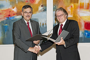 Prof. Wolfgang A. Herrmann, President of the Technical University of Munich (TUM), and Dr. Rolf Griebel, Director General of the Bayerische Staatsbibliothek, signing the cooperation agreement | © BSB