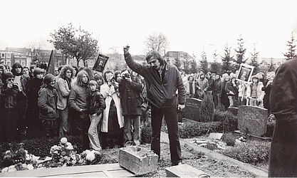 Rudi Dutschke at the grave of Holger Meins (1974) | © BSB/ STERN Photo Archive/ Jürgen Gebhardt