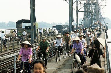 Cyclists on a bridge in Vietnam (1982) | © BSB/ STERN Photo Archive/ Perry Kretz