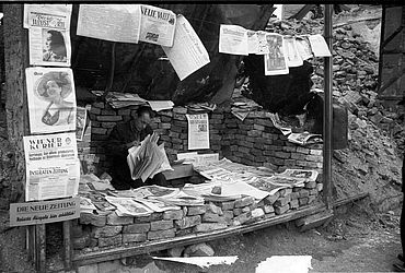 Makeshift newspaper stall, 1948 | © BSB/ Image archive