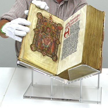 Book cradles are adjusted individually to the book and the exhibition situation | © BSB/ T. Allscher
