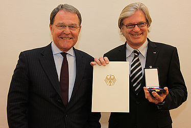 Dr. Wolfgang Heubisch, State Minister of Sciences, Research and the Arts, presents Dr. Rolf Griebel with the Federal Cross of Merit | © State Ministry for Sciences, Research and the Arts/ Peter Hemza
