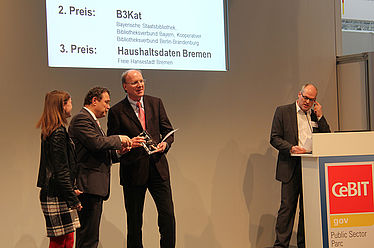 Federal Minister of the Interior Hans-Peter Friedrich lauds union catalogue B3Kat at the CeBit 2012