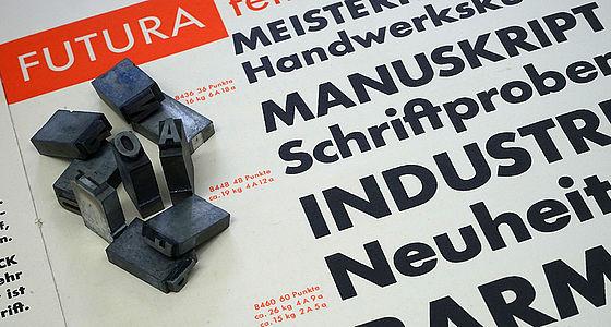 Bleilettern der Futura halbfett auf einem mit Futura halbfett ausgeführten Druck im Hintergrund | © BSB/Ana A I.