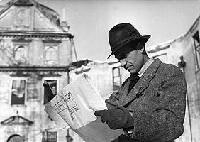 The architect Tino Walz in the Fountain Courtyard of the Residence destroyed by the war, Munich, 1945 (Photographic archive Tino Walz) | © BSB/ Image Archive
