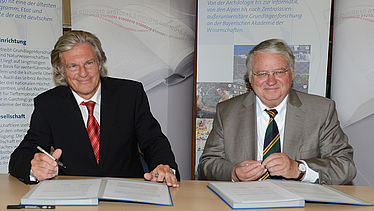Dr. Rolf Griebel and Prof. Dr. Dr. h.c. mult. Karl-Heinz Hoffmann signing the cooperation agreement