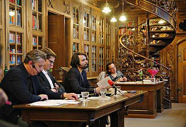 The Literature Portal regularly organises readings, here a German-Italian event with the lyricists Jürgen Bulla and Federico Italiano in the law library of the Munich town hall | © Literaturportal Bayern