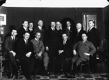 Rudolf Buttmann (front row, second from the right) during a meeting of NSDAP members of the national and regional parliaments, 1930 | © BSB/ Image Archive