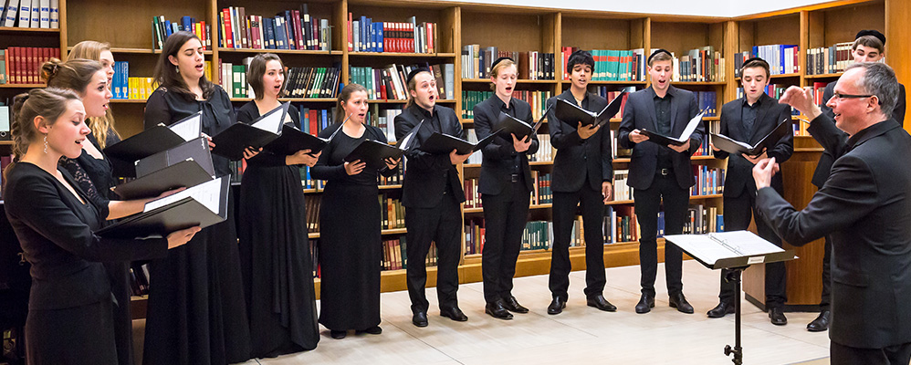 The madrigal choir of the University of Music and Performing Arts Munich under the direction of Prof. Martin Steidler at a workshop concert | © BSB/ H.-R. Schulz